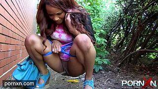Девушка в чулках писает в туалете перед камерой